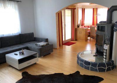 Villa-Hasi-Wohnzimmer-Ofen-und-Esszimmer
